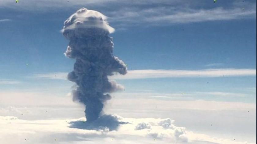 La explosión del volcán, vista desde el aire.(Twitter)
