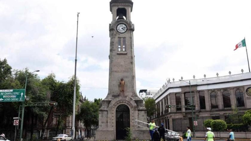 Alrededor de las 16:00 horas, el hombre fue observado en una especie de marquesina del monumento, ubicado en la esquina de Eje 1 Poniente Bucareli y Atenas.(Twitter)