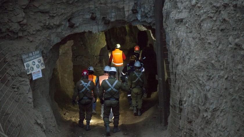 Bomberos, rescatistas y profesionales geotécnicos y personal del Servicio Nacional de Minería han trabajado en la zona desde el pasado jueves.(AP)