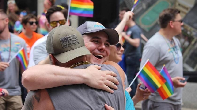 Regala abrazos a comunidad LGBT en EU(Especial)