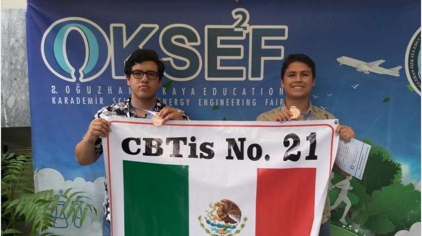 Los jóvenes del Cbtis 21 representaron a México ante 26 países en la categoría de Ingeniería-Energía.(Cortesía)