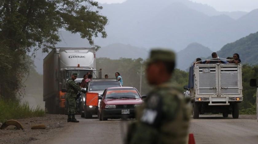 Soldados de la Guardia Nacional coordinan un retén temporal para detectar a migrantes, justo al norte de Ciudad Cuauhtémoc, estado de Chiapas, México, el sábado 15 de junio de 2019.(AP)