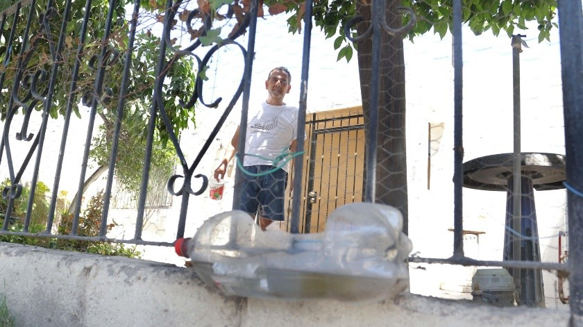 Desde hace siete años Eduardo Espinoza pone agua y comida a los perros de la calle en el cerco de su hogar ubicado en la colonia Los Naranjos.(Anahí Velásquez)
