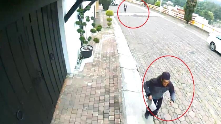 Una cámara de seguridad de la zona captó el momento en que el hombre le roba la bolsa.(Captura de pantalla)