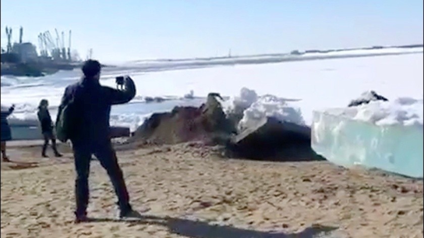 """Un """"tsunami"""" de hielo dejó impactadas a varias personas en el Norte de Rusia.(Captura de video)"""