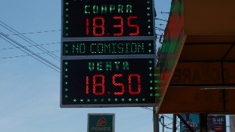 El dólar en casas de cambio ronda los 18.50 pesos por unidad.