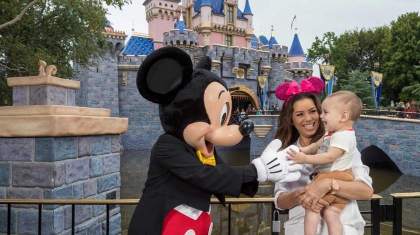 Eva Longoria celebró en grande con su hijo en Disneyland Resort.(Cortesía Instagram)