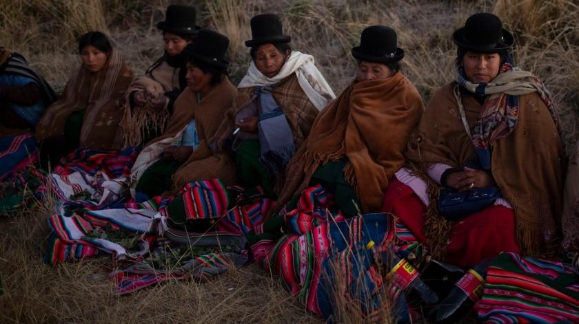 Las mujeres aymaras participan en el ritual de Año Nuevo en las ruinas de Lukurmata, Bolivia.(AP)