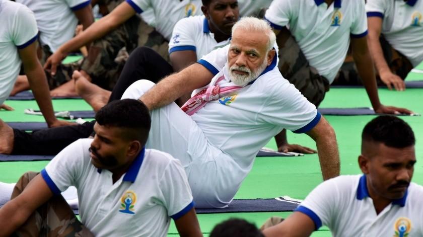 El primer ministro indio Narendra Modi hace yoga en un evento del Día Internacional del Yoga, en Ranchi, India.(AP)