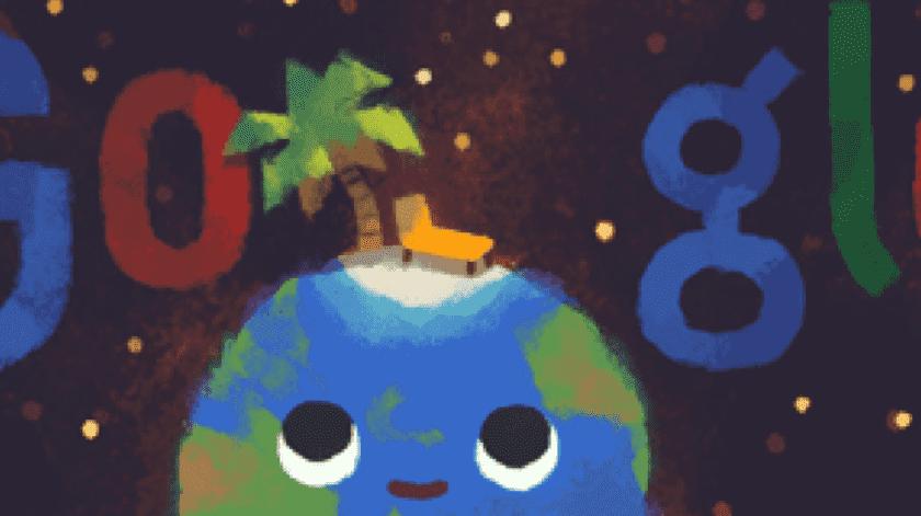 Google preparó un Doodle en el que aparece un fondo oscuro del universo con destellos luminosos, la Tierra con una cara feliz en la que sobre su cabeza aparece una palma y un camastro.