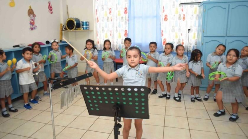 """Oxana Thaili Morales Esquivel lleva la batuta de la orquesta infantil en su kínder """"Horacio Terán"""" en Tamaulipas(El Universal)"""