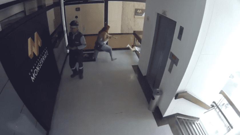 Una mujer distraída con su teléfono celular estuvo a punto de que su hijo se cayera de un edificio.