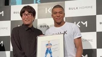 Yoichi Takahashi, creador de la serie, entregó personalmente el retrato.