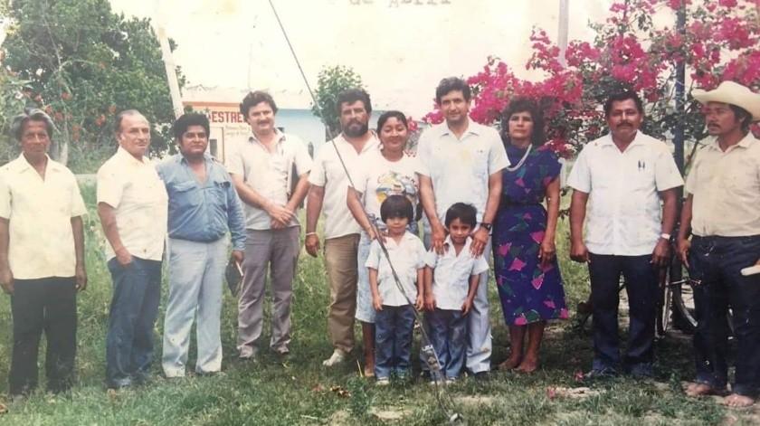 El presidente Andrés Manuel López recordó que en 1988, cuando compitió por la gubernatura de Tabasco, se tomó una fotografía con un niño y hoy 33 años después lo volvió a encontrar en Tulum, Quintana Roo.
