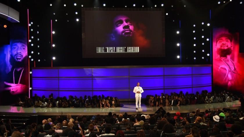 """Tip """"T.I."""" Harris presenta el Premio Humanitario al difunto rapero Nipsey Hussle en la ceremonia de los Premios BET.(AP)"""