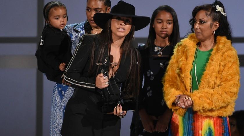Lauren London acepta el Premio Humanitario para el difunto rapero Nipsey Hussle en la ceremonia de los Premios BET.(AP)