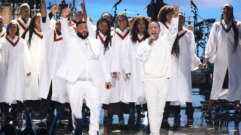 DJ Khaled, a la izquierda, y John Legend actúan en un homenaje al difunto rapero Nipsey Hussle en la ceremonia de los Premios BET.(AP)