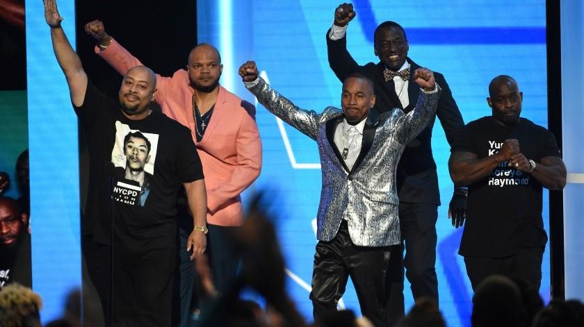 De izquierda a derecha: Raymond Santana Jr, Kevin Richardson, Korey Wise, Yusef Salaam y Antron McCray, conocidos como los Exonerated Five, presentan una actuación de H.E.R. y YBN Cordae en la ceremonia de los Premios BET.(AP)