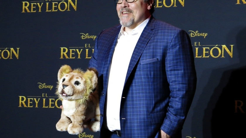 """El director Jon Favreau posa durante una conferencia de prensa para promocionar su película, """"El rey león"""", el estreno más esperado del verano, en la Ciudad de México.(AP)"""