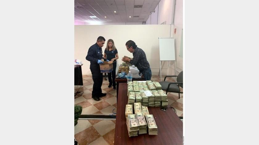 Integrantes de la Aduana de Nuevo Laredo y del Ejército aseguraron un millón 70 mil dólares a un hombre que viajaba de Estados Unidos a México en una minivan acompañado de una menor de edad.(Agencia Reforma)