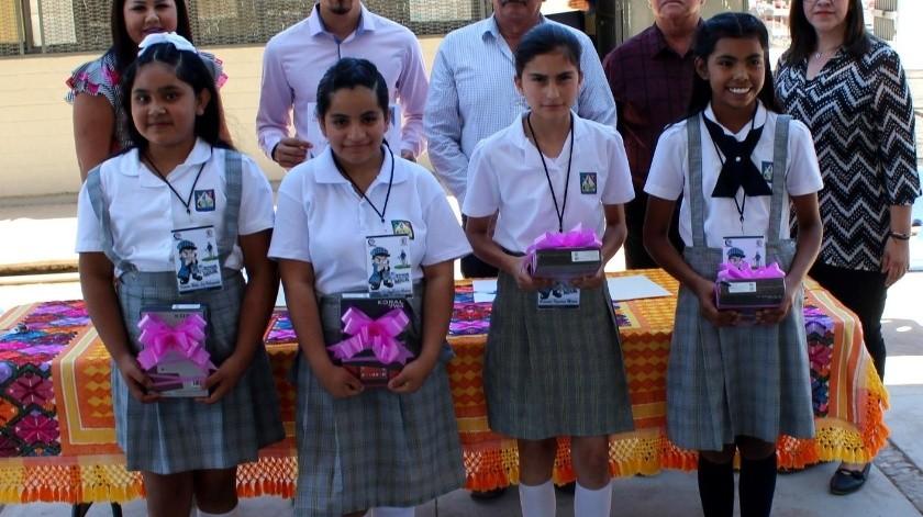 """Cuatro niñas estudiantes de la Escuela Primaria Plan de Agua Prieta recibieron un premio por su participación en el programa """"Niño Inspector del Agua"""".(ESPECIAL)"""