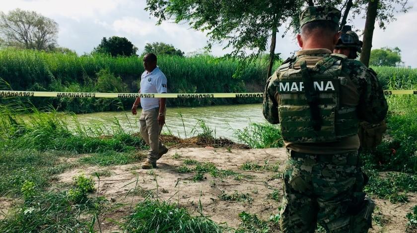 Autoridades mexicanas caminan en la orilla del río Bravo en donde los cuerpos del migrante salvadoreño Óscar Alberto Martínez Ramírez y Valeria, su hija de casi 2 años, fueron encontrados en Matamoros, México, el lunes 24 de junio de 2019.(AP)