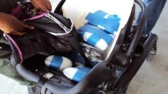 Una madre de familia fue arrestadaluego de que agentes de la Patrulla Fronteriza encontraron droga escondida en una silla para bebé y en una carriola.