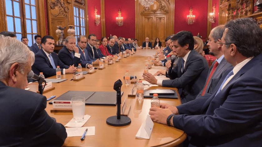 El presidente de México, Andrés Manuel López Obrador, firmó este jueves un acuerdo con 23 bancos nacionales y extranjeros con el objetivo de refinanciar la deuda de Petróleos Mexicanos a lo largo de su Administración (2018-2024).(Captura de video)