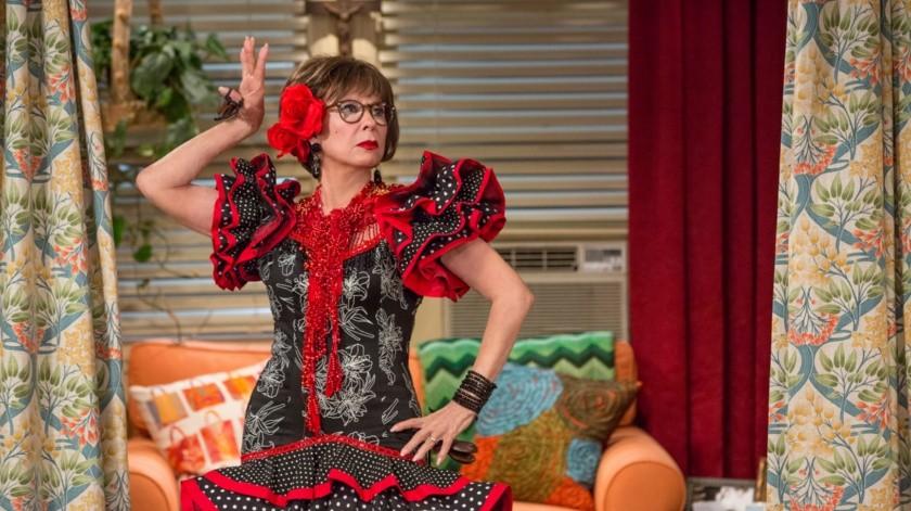 Justina Machado interpreta a Penélope Álvarez, una madre y veterana de guerra cubana-estadounidense, y Rita Moreno hace de su madre, Lydia.(AP)
