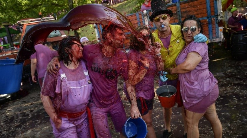 Miles de personas salen de los viñedos y bosques de Haro empapados de pies a cabeza.(AP)