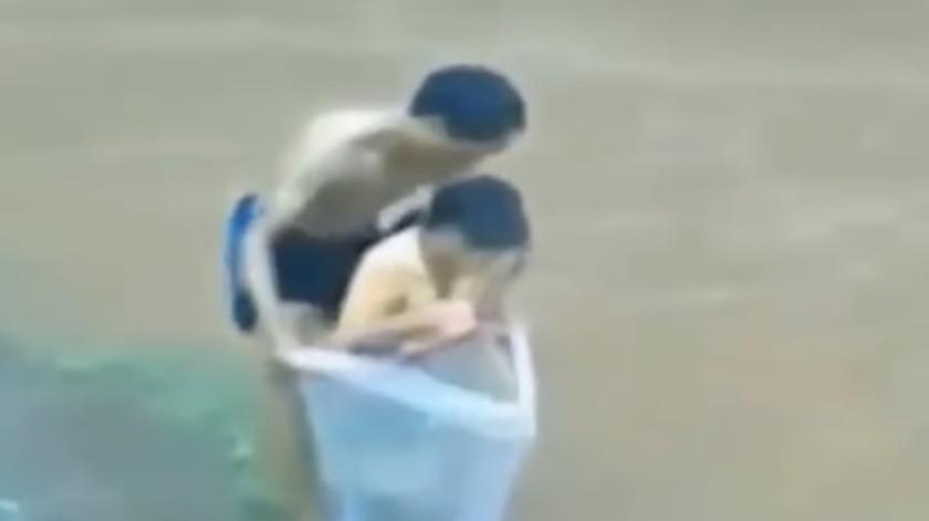 VIDEO: Padre cruza río con su hijo en bolsa de plástico(Captura de video)