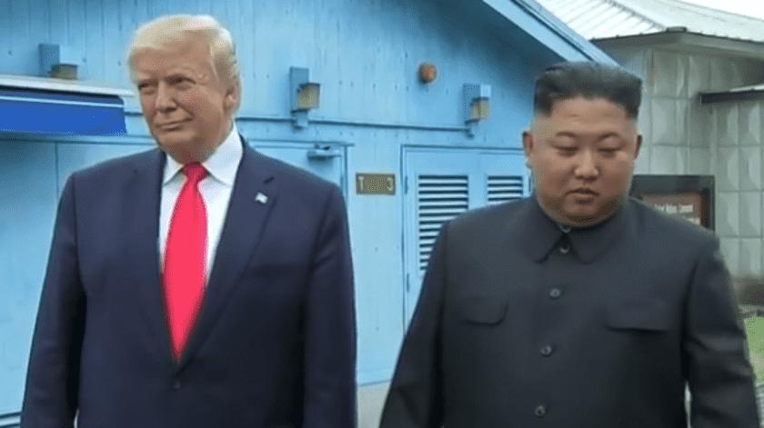 El presidente Donald Trump y Kim Jong Un de Corea del Norte se dieron la mano en la zona desmilitarizada de Corea, esto se da mientras Trump busca establecer un acuerdo nuclear con el Norte.