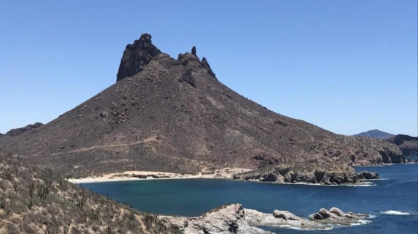 A pesar de las restricciones que existen en las faldas del cerro Tetakawi, las personas lo escalan sin guías.(Yesicka Ojeda)