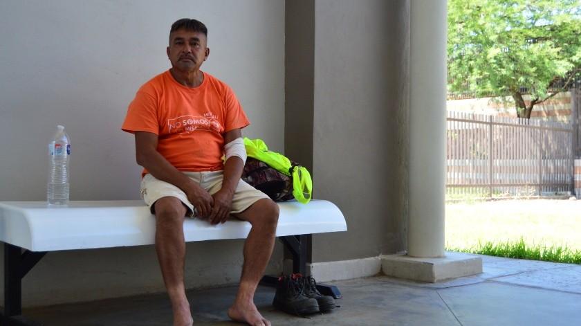 """""""La vida pasa muy rápido, fui deportado en el 2018 y ahora me encuentro aquí, con la gota, la pierna lastimada e intentando que me puedan dar documentos, como el acta de nacimiento, que sin ella, me es imposible trabajar"""", mencionó.(Raymundo García)"""
