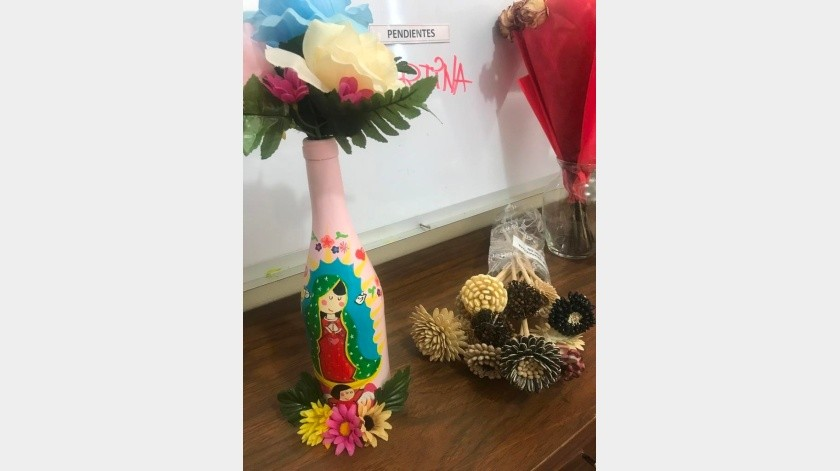Floreros decorados y diferentes adornos elaboran las mujeres que estén privadas de su libertad.(Manuel Jiménez)