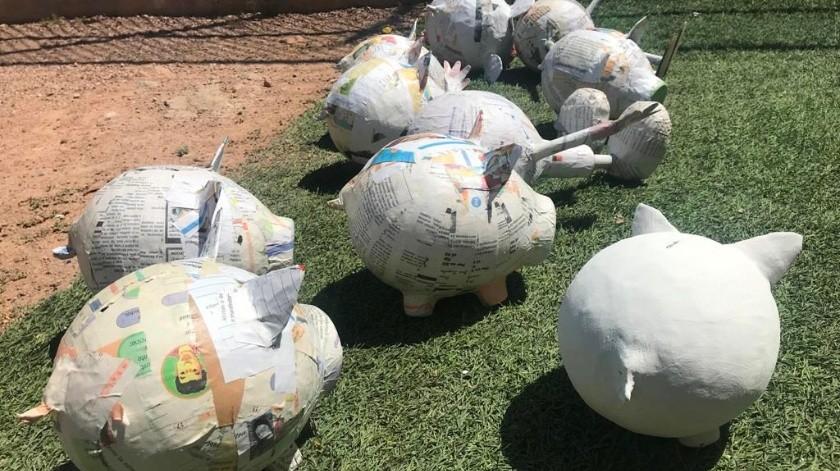 Piñatas para vender de diferentes figuras realizan al interior del Cereso.(Manuel Jiménez)