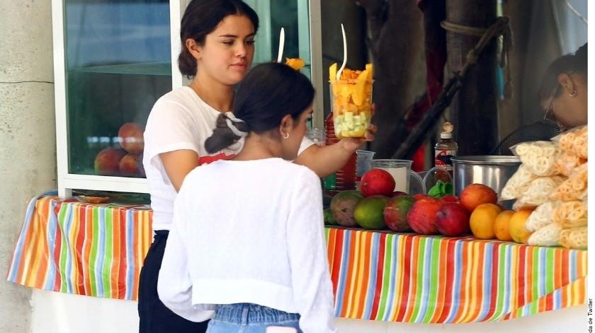 Una cuenta de fans de Selena Gomez compartió fotografías en las que Selena porta una playera blanca adornada con la bandera que representa al movimiento gay, supuestamente tomadas en la comunidad nayarita.(Agencia Reforma)