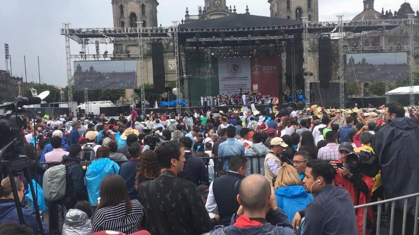 Cientos de personas acuden al Zócalo para el festejo de AMLO.