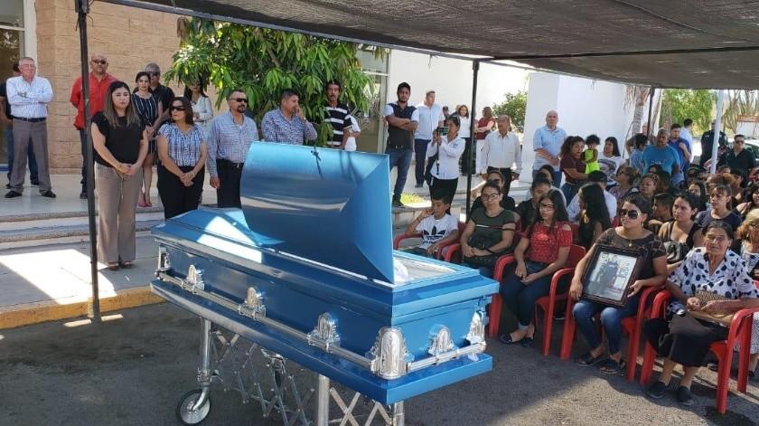 Autoridades, compañeros y familiares participaron en el homenaje al policía José Ram�n Arvizu Espinoza, caído en cumplimiento de su deber el pasado sábado en Guaymas.(Yesicka Ojeda)