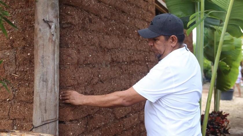 Con la construcción de una vivienda, Omar Vázquez vio en el sargazo una oportunidad para hacer crecer su negocio de jardinería desde 2015, cuando las playas del suroriental estado mexicano de Quintana Roo recibieron los primeros recales masivos de esta macroalga.(EFE)