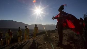 Chamán se prepara para participar en una sesión de fotos antes del eclipse total de sol, en La Higuera, Chile.