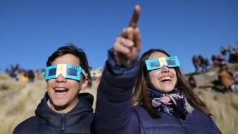 Inicia el eclipse solar en Chile tras atravesar el Pacífico