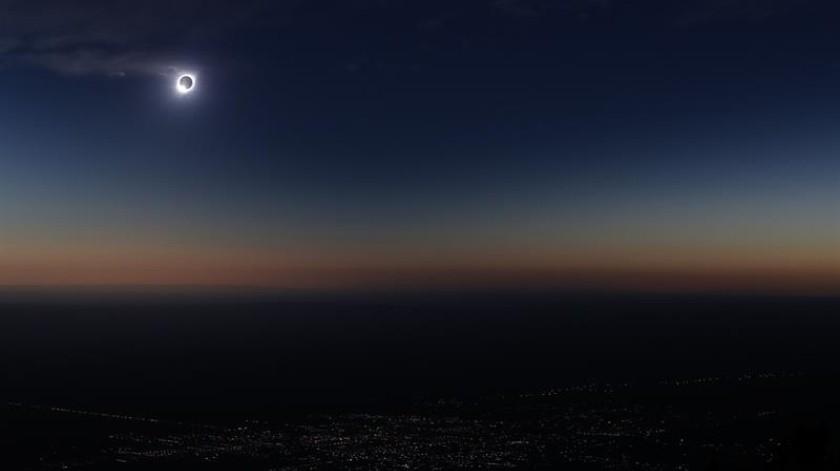 -La luna tapa gran parte del sol durante el eclipse solar total, este martes en la ciudad de Merlo, San Luis (Argentina).(EFE)