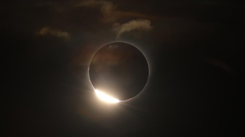 El sol cubierto por la luna durante el eclipse solar total, este martes en la ciudad de Merlo, San Luis (Argentina).(EFE)
