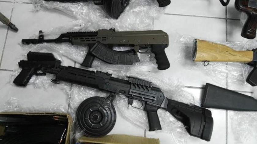 Parte de las armas decomisados en el rancho.