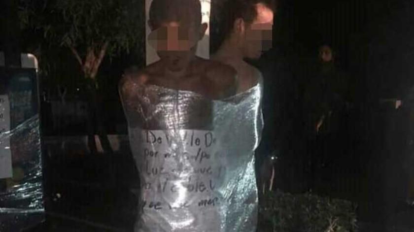 Los vecinos los desnudaron y amarraron con plástico.(Cortesía)