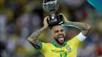 El lateral brasileño Daniel Alves, capitán de la 'Canarinha' que se proclamó campeona de la Copa América 2019 este domingo al ganar por 3-1 a Perú en la final, fue elegido como el mejor jugador del torneo.