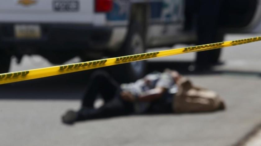 El hombre quedó tirado en la calle a un costado de un morral café, a la vista de vecinos que salieron a la calle al escuchar las patrullas.(Alberto Rosales.)