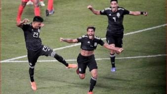 Jonathan dos Santos celebra el eufórico el gol que le dio el título a México.
