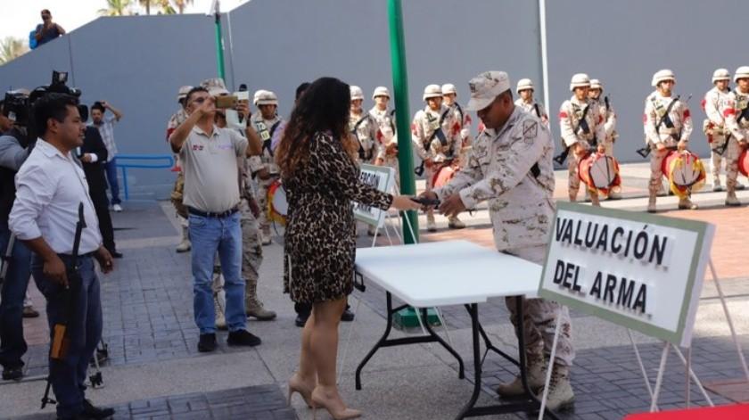 """La Sedena continúa con la """"Campaña de Canje de Armas de Fuego"""" y en el Centro de Gobierno se llevó a cabo el evento donde ciudadanos entregaron armas y recibieron dinero en efectivo. Después se procedió a la destrucción de éstas.(Julián Ortega)"""